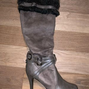 Grey boots with fur